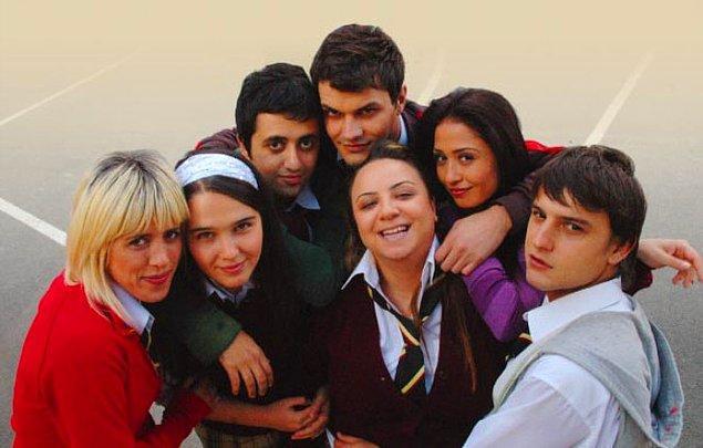 Büyük Zafer Lisesi'nin bir türlü başarılı olamayan öğrencileri, onları doğru yola sokma mücadelesi veren idealist öğretmenleriyle dolu dolu bir drama dizisiydi.