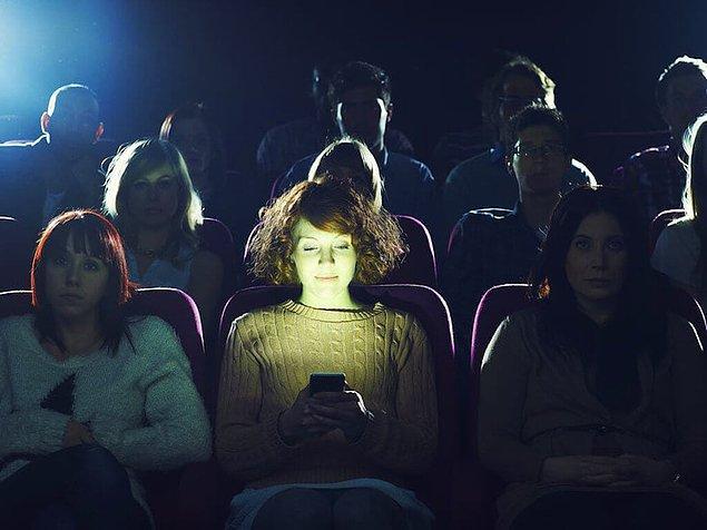5. Sinemada, tiyatroda, karanlık ortamda herhangi bir gösteri izlerken telefonla uğraşılmaz.