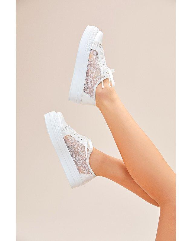 12. Topukluyla baş edemeyenlere ve damattan uzun olmak istemeyenlere de bir spor gelin ayakkabısı modeliyle geldim.