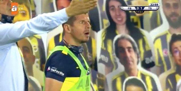 24. dakikada Sörloth'la tartışan Emre Belözoğlu, 1 dakika içinde gördüğü iki sarı kartla oyundan atıldı.