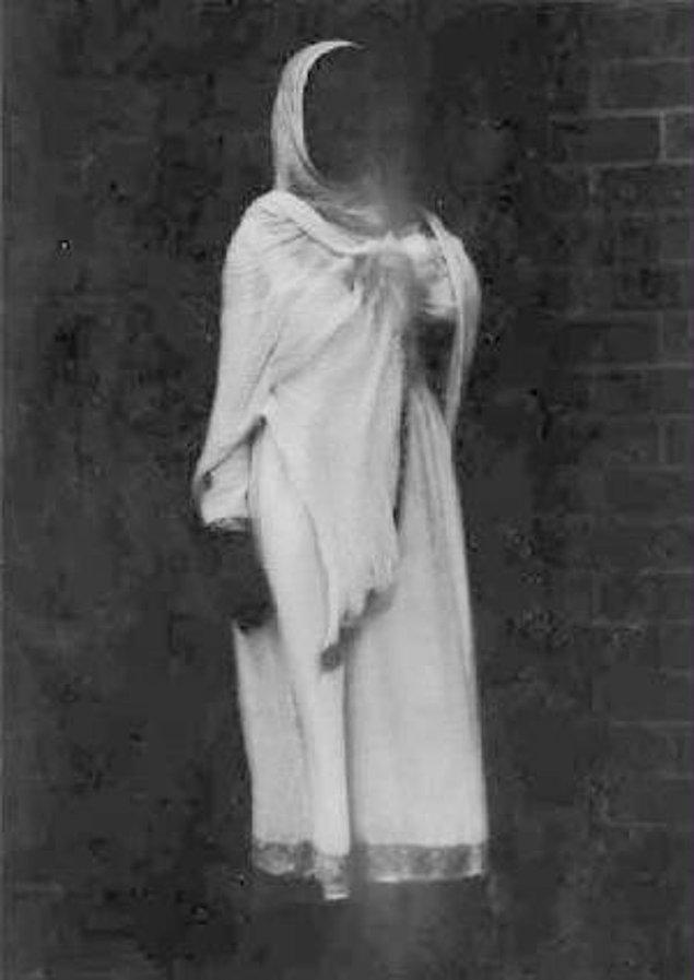7. 'Duppie' olarak bilinen bu hayalet yaratıkları evden kovmak için evin etrafına tuz ve pirinç tanesi koymak gereklidir. Onlar bu taneleri tek tek sayarken güneş doğduğunda ruhlar alemine geri dönmeleri gerekir.