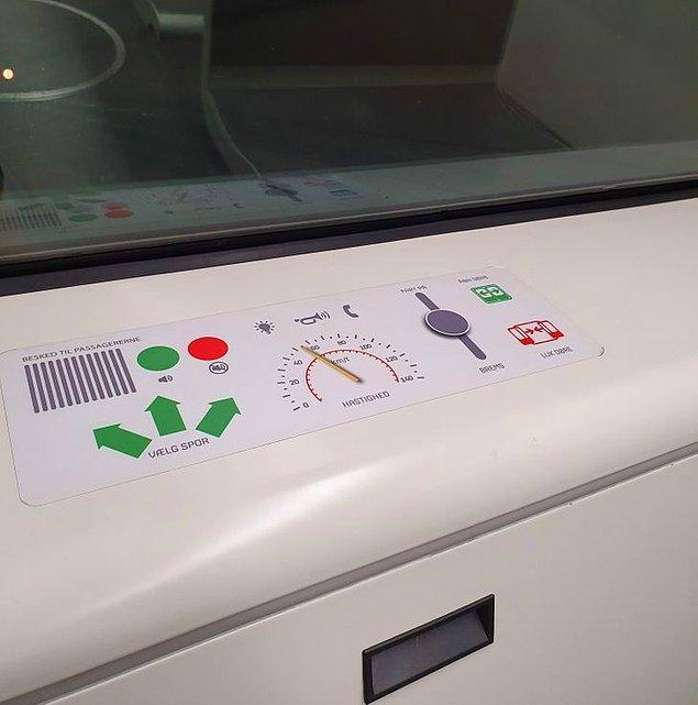 16. Metroda çocukların oynayabilmesi için yapılan sahte butonlar: