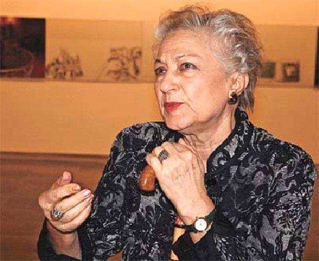 Bir yazar olması yalnızca edebi açıdan hayatlara dokunduğu izlenimini veriyor olsa da Leyla Erbil, gerek toplumsal gerek siyasi alanlarda da sistemsel yanlışlara başkaldırılarıyla dolu dolu bir yaşantı geçirdi.