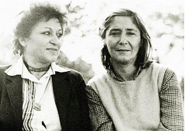 Ahmet Arif dışında Leyla Erbil'in birlikte anıldığı diğer bir isim Tezer Özlü... Leyla Erbil'in yakın arkadaşı olan Tezer Özlü'nün ona gönderdiği mektuplar Tezer Özlü'den Leyla Erbil'e Mektuplar ismiyle 1995'te yayımlandı.