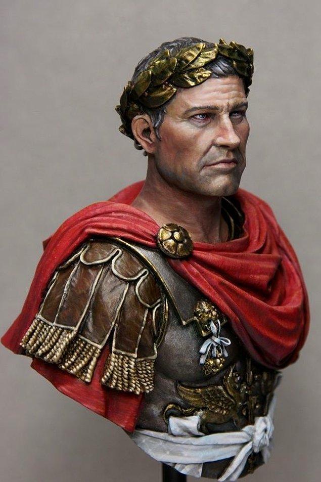 6. Sezar'ın defne yapraklarından yapılma tacını sık sık takmasının nedeni kelleşmesinden utanmasıydı.