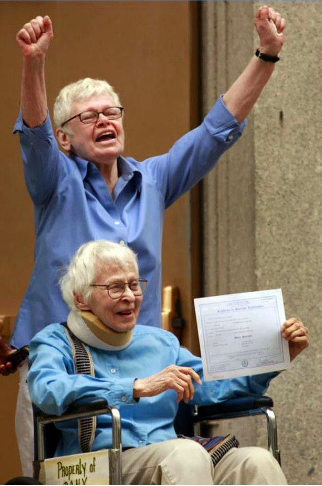 1. New York'ta yasanın çıkmasıyla 2011'de evlenen bir lezbiyen çift.