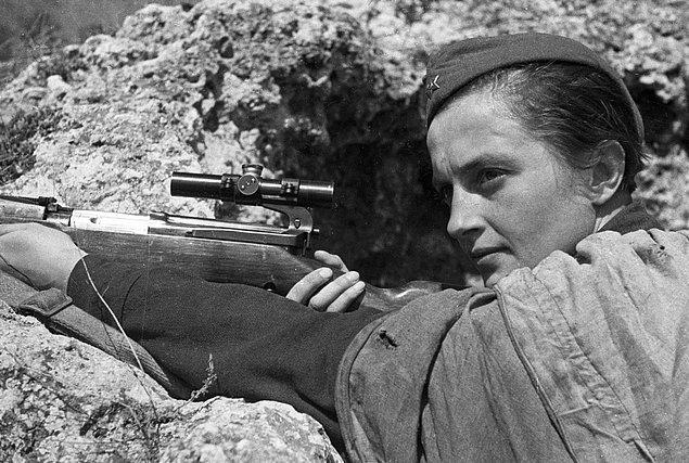 12. İkinci Dünya Savaşı sırasında Sovyet ordusunda keskin nişancı olarak görev yapan Lyudmila Pavlichenko tam 309 kişiyi öldürmüş ve en başarılı kadın keskin nişancı olarak tarihe geçmişti.
