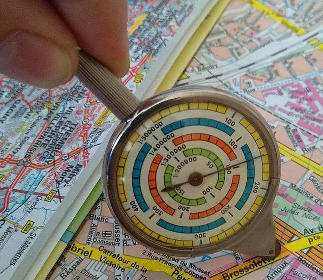 """12. """"Bu aleti haritaların üzerinde gezdirerek mesafeyi öğrenebiliyorsunuz."""""""