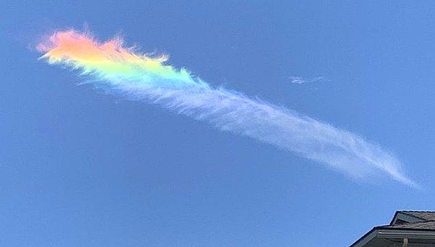 14. Gökkuşağı renginde bir tüy gibi görünen bulut!
