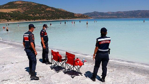Jandarma Salda'yı vatandaşlardan korumaya çalışıyor