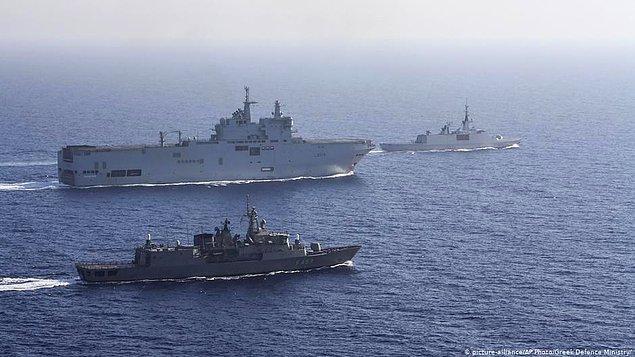 Türkiye'nin tezlerine ve sondaj çalışmalarına karşı çıkan Yunanistan ve Fransa, Akdeniz'de ortak bir tatbikat gerçekleştirdi.