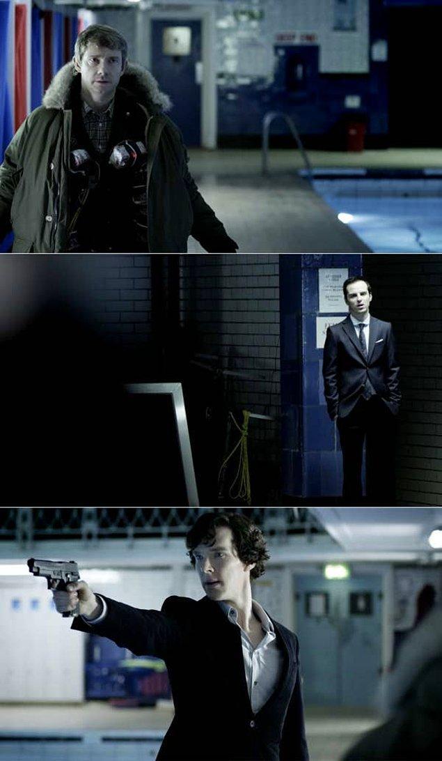 18. 'Sherlock'da, Sherlock'un Moriarty ile görüşmeye gittiğinde John'un gövdesinde bomba olduğunu fark ettiği sahne.