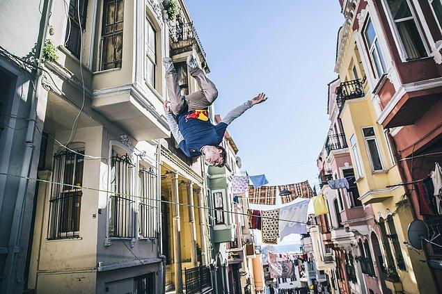 Dünyanın en iyi slackline sporcularından Red Bull sporcusu Alex Mason, İstanbul'un tarihi semti Eminönü'nde çamaşır ipleri arasında.