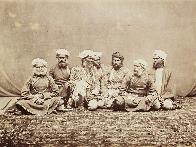 Thuggee topluluğu, 1350'li yıllardan başlayarak 1830'lara kadar Hindistan'da insanları katledip, mallarını çalmış.