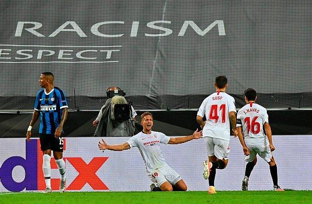 Sevilla, 33. dakikada bir kez daha sahneye çıkan De Jong'un golüyle 2-1 üstünlük yakaladı.