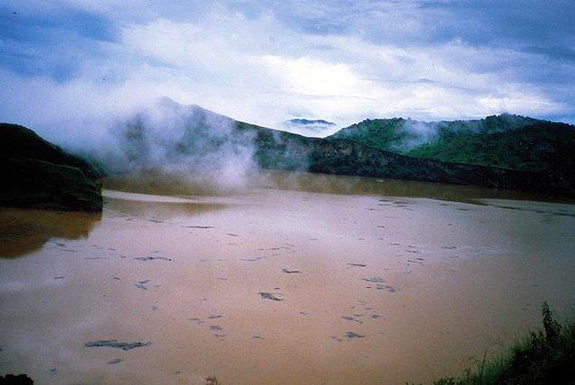 Nyos Gölü'nün yer aldığı bölge, aktif olarak yağış alan bir yer. Bu nedenle toprak kaymaları sık sık meydana gelebiliyor.