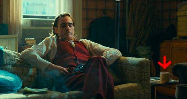 14. 'Joker'de Arthur'un röportaj sahnesinde  tüm oturma odasını 'The Murray Franklin Show' setine benzeyecek şekilde kurması ve hatta kupasının üstüne 'Murray Franklin' yazması.