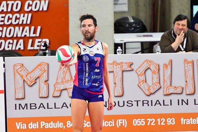 1. İtalyan kadın voleybol takımı Savino Del Bene, Messi'ye voleybolcu olması için çağrı yaptı. 😄