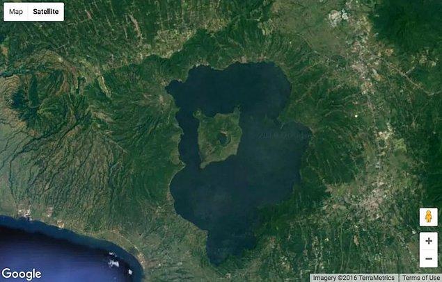 16. Adanın içindeki gölün içindeki adanın içindeki gölün içindeki ada.