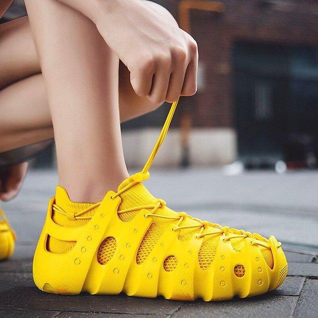 Plastik ve köpük ayakkabıların plaj dışında, günlük şehir yaşamında kullanımı ne kadar rahat olur tartışılır.