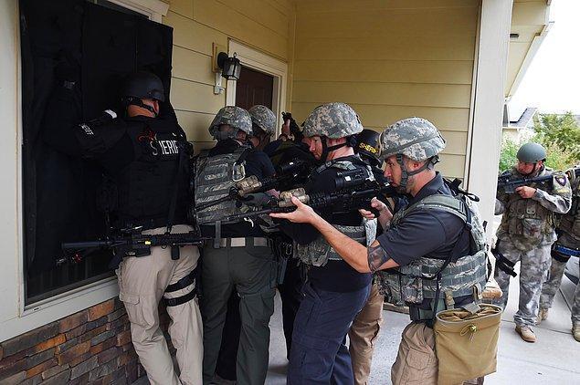 Bir anda karşısında SWAT ekibini gören oyuncu ve ev halkı büyük şok yaşıyor.