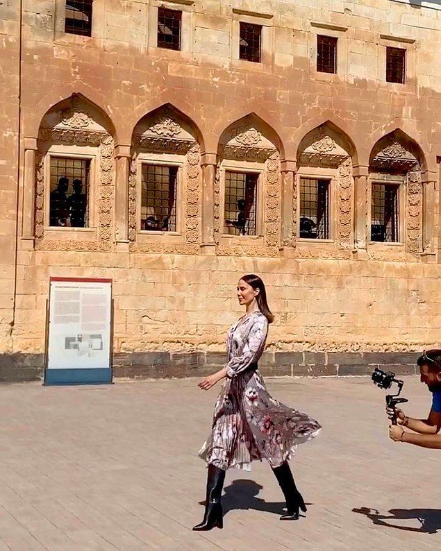 Tarihi İshak Paşa Sarayı gibi pek çok değerli mekanda yapılan ve iki gün sürecek defilelerde pek çok ünlü isim de yer alıyor. Demet Şener,