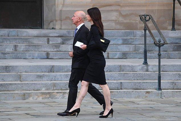 Ayrıca Pazartesi günü, Bezos'un eski eşi MacKenzie Scott, L'Oreal SA'nın varisi Francoise Bettencourt Meyers'i geride bırakarak dünyanın en zengin kadını oldu.