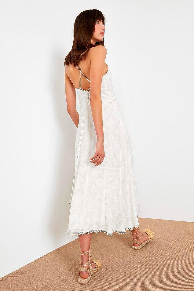 7. Son derece zarif beyaz bir elbise. Fiyatı da 599 TL'den 299'a inmiş...
