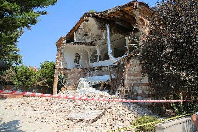 7 yıl boyunca sahipsiz bırakılan tarihi bina önceki gece yıkıldı.