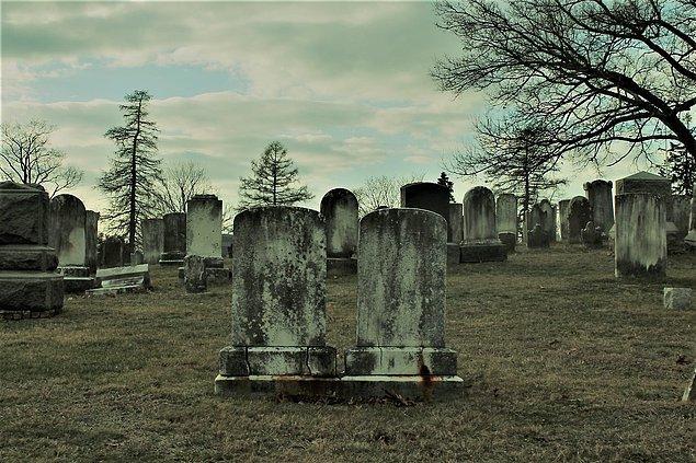 Çünkü ölümün hangi köşe başında bizi beklediğini bilmiyorum, çok korkuyorum.