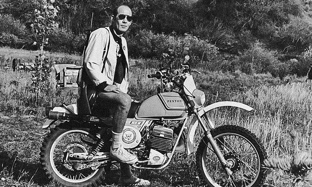 Amerika'ya döndükten sonra tam da kendine yaraşır bir çılgınlık yapıp dönemin en tehlikeli motorsiklet çetesi olan Cehennem Melekleri'nin arasına sızdı.