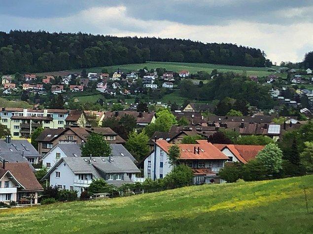 En çok cebimizden para çıkmasına neden olan daire fiyatları da dudak uçuklatan cinsten. Şehir merkezinde tek odalı bir ev İsviçre'de 1,917.65 Fr.(15,628.81 TL). Türkiye'de böyle bir evi 2,285.22 TL'ye kiralıyorsunuz. Zaten maaşınız bitiyor böylelikle. :)