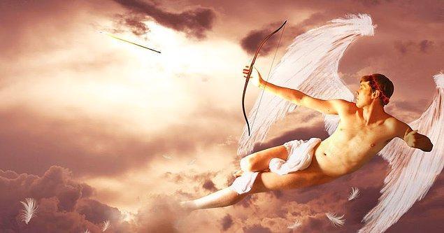 """12. """"Eros'un özellikleri arasında, öldürücü oku, körlüğü ve kanatları dikkat çeker."""""""