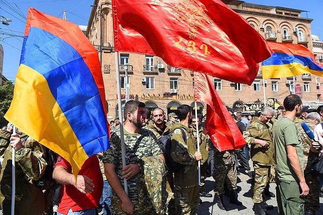 Ermenistan sıkıyönetim ilan etti