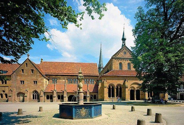 Buna rağmen aynı yıl  Maulbronn Manastırı'na girer ve dini eğitimine devam eder. Bu arada Hölderlin aşk ile de tanışır ve manastırın yöneticisinin kızı Luise Nast'a aşık olur.
