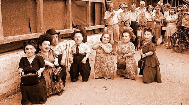 Tarih 19 Mayıs 1944'ü gösterdiğinde Transilvanya'dan bir grup Yahudi toplanmış ve Auschwitz'e doğru götürülüyordu.