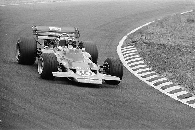 13. 1972'ye kadar Formula 1'de emniyet kemerleri zorunlu değildi. Sürücüler, o tarihe kadar çarpışma anında araçtan fırlamanın daha iyi olduğunu düşünüyordu.