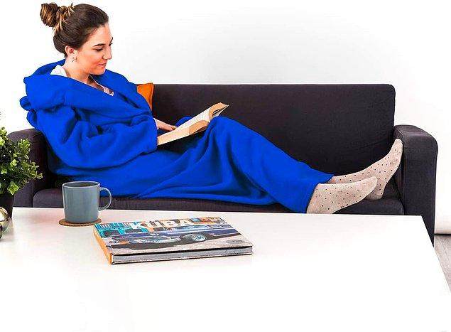 8. Giyilebilir battaniyeler özellikle oturma odanızda zaman geçirirken üşümemeniz için harika bir seçenek.