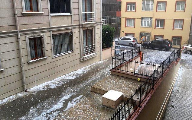 İstanbul'da dolu ve sağnak yağışın ortaya çıkardığı görüntüler 👇