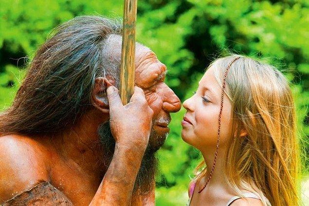 13. Soldaki gerçek bir insan değil, binlerce yıl önce yaşamış atalarımız neandertallerin bir kopyası.