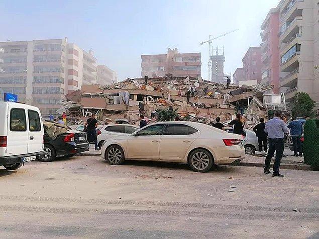 """Depremin ardından İzmir Belediye Başkanı Tunç Soyer, """"20'ye yakın binada yıkım ihbarı aldık"""" açıklaması yaptı."""