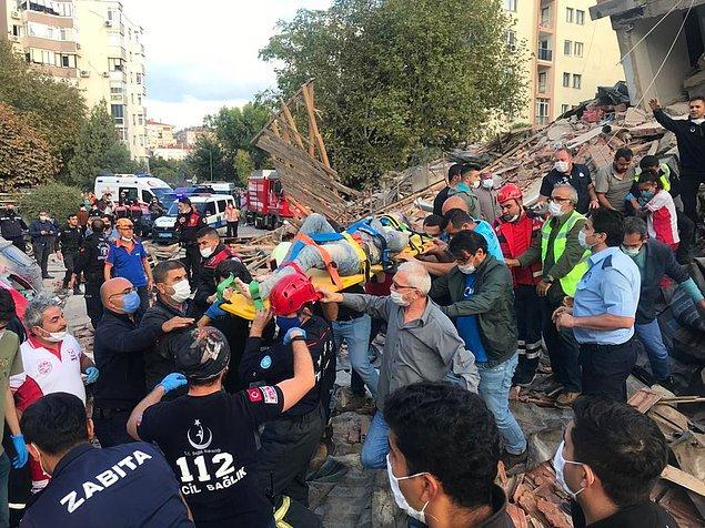 16:50 Bayraklı'da yıkılan 7 katlı bir binanın enkazından yaralılar çıkartılıyor