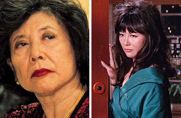 12. 'Casino Royale' filmindeki poker oynayan oyunculardan biri Tsai Chin'dir, bu aktris 1967 yapımı 'İnsan İki Kere Yaşar' filminde Bond'un kız arkadaşıdır.