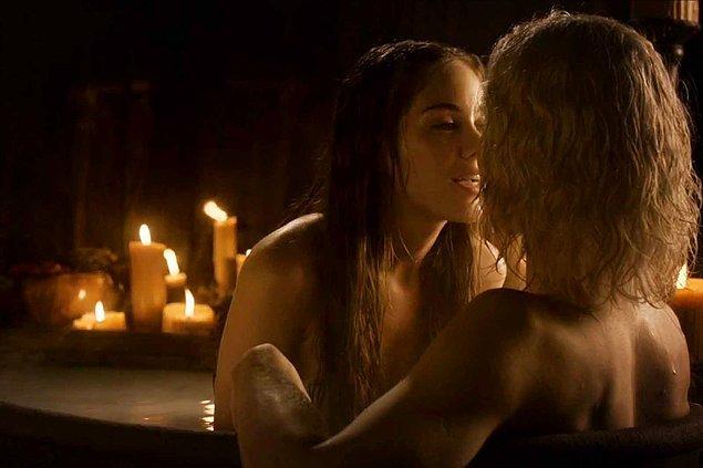4. Kadınlar sadece karanlıkta seks yapabiliyor ne hikmetse. Aa bir de etrafta romantizm yayacak birçok güzel kokulu mum olması gerekiyor.
