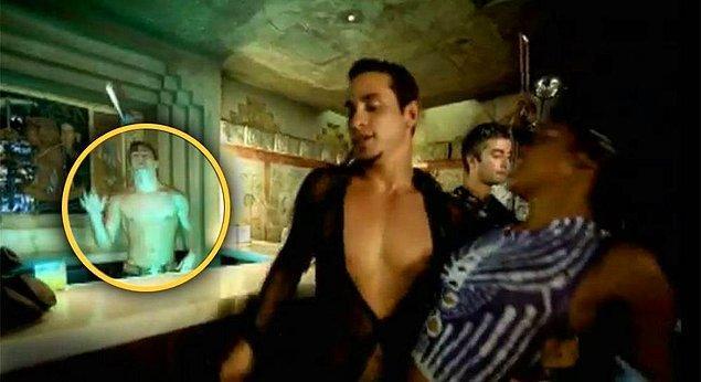 """8. Channing Tatum, Ricky Martin'in """"She Bangs"""" klibinde bir barmen rolündedir ve bu rol için 400 dolar kazanmıştır."""