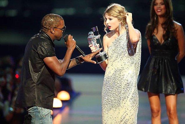 32. Taylor Swift, oturma odasında Kanye'nin kendisinin konuşmasını böldüğü anın çerçeveli bir resmi bulunur. Altında da 'Hayat küçük kesintilerle doludur.' yazmaktadır.