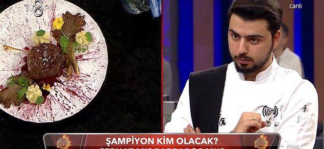 """Canlı yayında 1 saatlik sürede son yemeklerini yapan yarışmacılardan Serhat """"Benim Hikayem"""" adını verdiği tabağı yaparken,"""