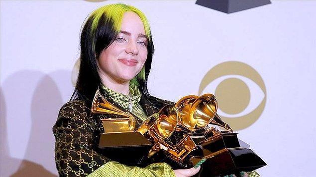 Albümlerinin yanı sıra çok sayıda single çıkaran Billie Eilish, özellikle 'Bad Guy' adlı parçası ile tam 15 ülkede bir numaraya yükseldi.