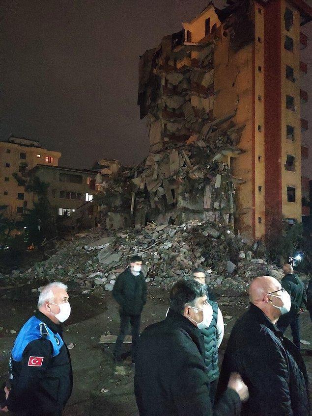 Kopan moloz parçaları binanın bulunduğu arsa alanı içerisine düştü