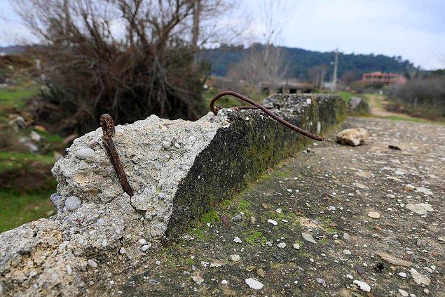 Beton kısım yıkılmayıp zamanla aşınırken, betonun içindeki demirler de dışarı çıktı.